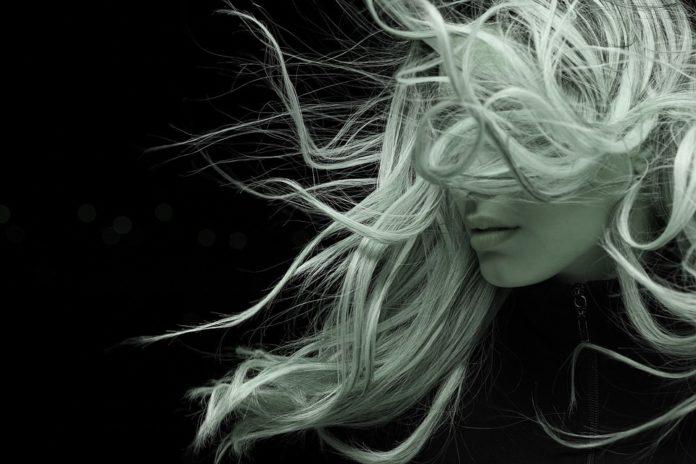 Puder do włosów – jak go używać i jak działa?