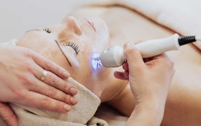 Kobieta pozbywająca się przebarwień na skórze za pomocą lasera frakcyjnego