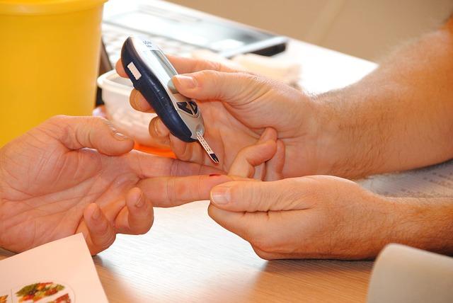 Kontrolowanie poziomu cukru we krwi jest niezbędne, aby uniknąć hipoglikemii